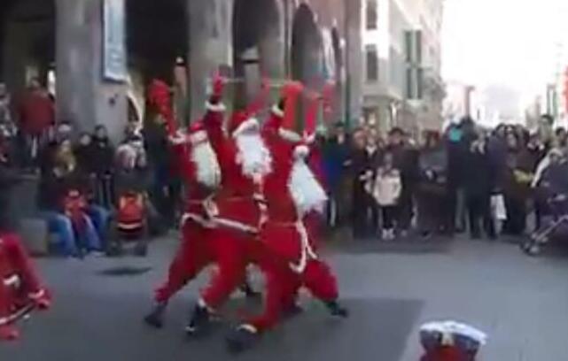 Babbo Natale Video Per Bambini.Babbo Natale Si Fa In Tre Per La Gioia Dei Bambini